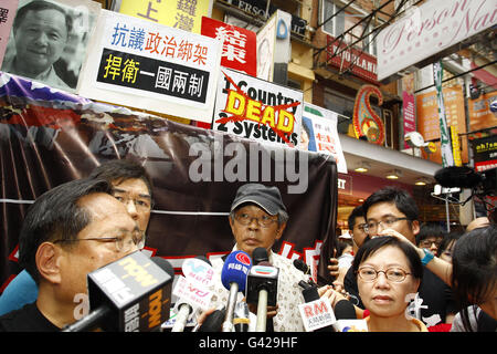 Hong Kong. 18th June, 2016.  Abducted former bookseller, Lam Wing-kee, ( Centre, man with a cap ) address the medias - Stock Photo