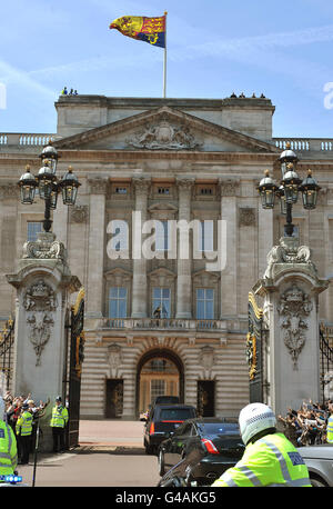The car carrying US President Barack Obama and First Lady Michelle Obama drives into the centre gates of Buckingham Palace, at the start of his two day visit to London. Stock Photo