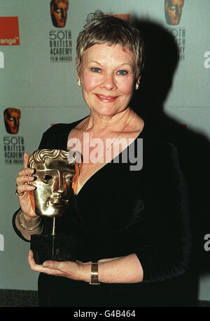 ACTRESS DAME JUDI DENCH WITH HER AWARD FOR BEST ACTRESS, WHICH SHE WON FOR HER ROLE IN THE FILM MRS BROWN, AT THE - Stock Photo