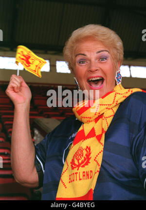 PA NEWS PHOTO 1/6/98  BBC TELEVISION 'EASTENDERS' ACTRESS PAM ST. CLEMENT DURING A PHOTOCALL AT HIGHBURY, LONDON - Stock Photo