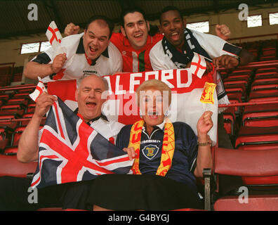 PA NEWS PHOTO 1/6/98  BBC TELEVISION 'EASTENDERS' ACTORS FROM  BACK LEFT TO RIGHT: SHAUN WILLIAMSON, RICHARD ELIS, - Stock Photo