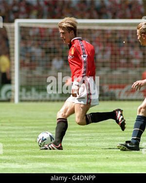 THIS PICTURE CAN ONLY BE USED WITHIN THE CONTEXT OF AN EDITORIAL FEATURE. PA NEWS 9/8/98 MANCHESTER UNITED'S DAVID - Stock Photo