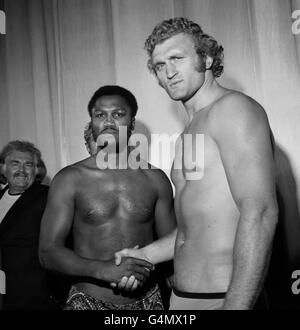 Boxing - Heavyweight - Joe Bugner v Joe Frazier - Weigh-in - Odeon, Leicester Square - Stock Photo