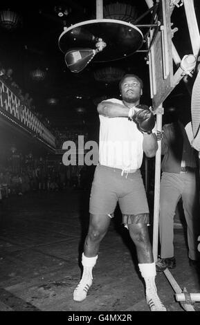 Boxing - Heavyweight - Joe Frazier v Joe Bugner - Joe Frazier Training - Empire, Leicester Square - Stock Photo