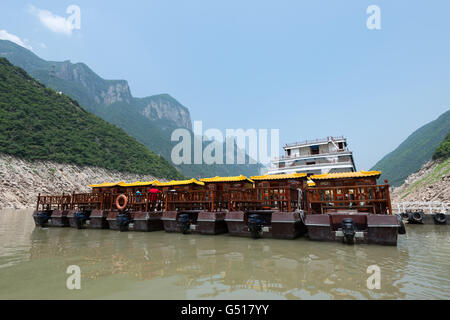 China, Chongqing, river cruise on the Yangtze River, small excursion boats at a feeder in Wu Gorge which has a length - Stock Photo