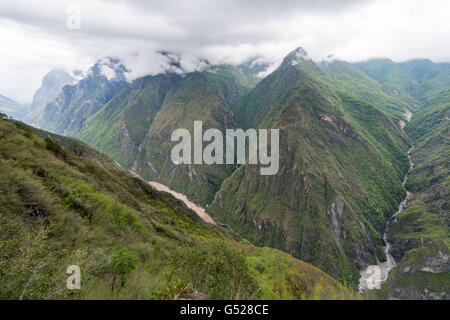 China, Yunnan Sheng, Diqing Zangzuzizhizhou, hike (2-day tour) to the Tiger Leaping Gorge of the Yangtze River, - Stock Photo
