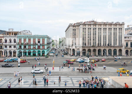 Cuba, Havana, view of a residential house and former department store opposite the Capitolio - Stock Photo