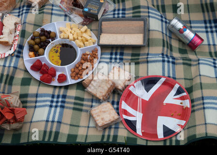Picnic Uk shop bought food plastic wrappers spread out on picnic blanket HOMER SYKES - Stock Photo