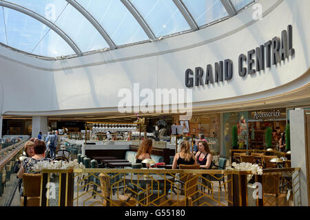People relaxing at a Grand Central cafe in New Street railway station, Birmingham, England, UK, Western Europe. - Stock Photo