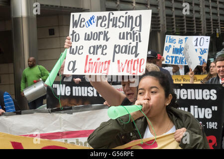 London, UK. June 21th, 2016. Cleaners belonging to the United Voices of the World union employed by anti-union cleaning - Stock Photo