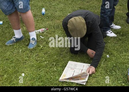Working class man flat cap reading horse racing for The Derby HOMER SYKES. - Stock Photo