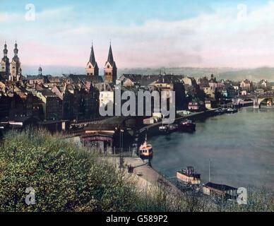 Durch Koblenz fließt die lotharingische Jungfrau, die Mosel, in den Rhein, und da wo die beiden Flüsse eine Landspitze - Stock Photo