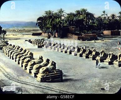 Die Orte Luxor und Karnak, die sich heute auf der Stätte des alten Theben erheben, sind eine einzige gewaltige Ruinenstätte. - Stock Photo