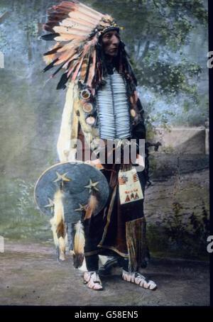 Und noch ein Sioux im Kriegsschmuck. Die amerikanischen Indianer sind jetzt fast alle zum Christentum bekehrt. Ihre - Stock Photo