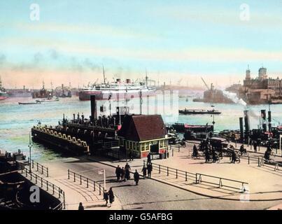 Amsterdam ist mit der Nordsee durch einen Kanal verbunden, den auch große Schiffe durchfahren können. Der Hafen - Stock Photo