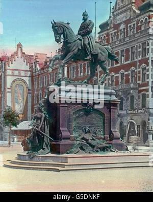 Vor dem hohen Tore steht das im Jahre 1903 errichtete Reiterdenkmal Kaiser Wilhelm I. Von Professor Brommel. Vor - Stock Photo