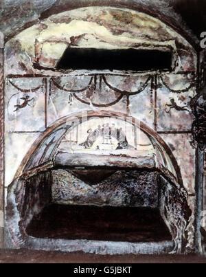 Ein Einzelgrab in den Höhlen der Katakomben bei Rom, Italien 1920er Jahre. A single tomb at the catacomb caves near Rome, Italy 1920s.