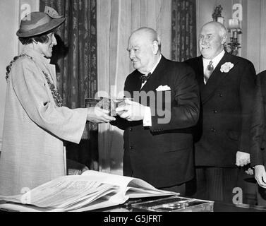 Sir Winston Churchill receives Freedom of Poole - 10 Downing Street - London - Stock Photo
