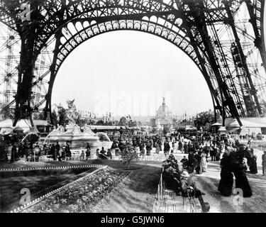 Eiffel tower and fountain the exposition universelle of for Expo paris mars