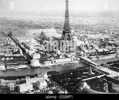 View to the champs de mars from the eiffel tower elevator for Expo paris mars