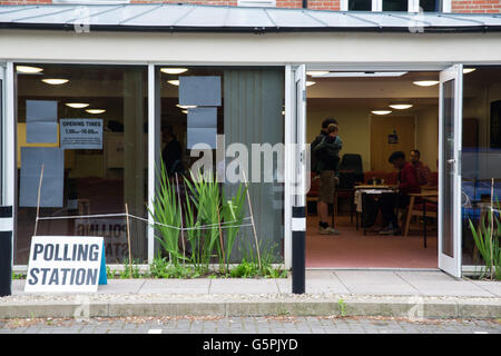 Oxford, UK. 23rd June 2016. Polling stations across Oxfordshire opens for the EU referendum. Credit:  Pete Lusabia/Alamy - Stock Photo