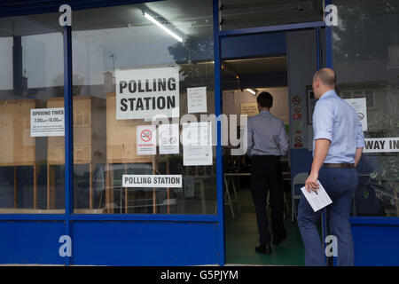 Oxford, UK. 23rd June 2016. A Launderette as Polling station in Oxford. Polling stations across Oxfordshire opens - Stock Photo