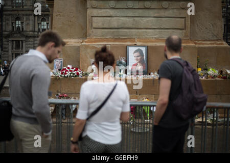 Glasgow, UK. 23rd June, 2016. People pay their respects at a small memorial for murdered Labour Member of Parliament - Stock Photo