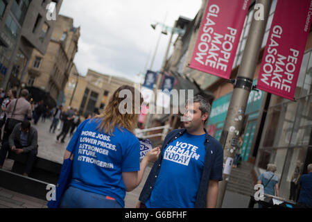 Glasgow, UK. 23rd June, 2016. 'Remain' campaigners out leafletting in Buchanan Street, as voting takes place on - Stock Photo