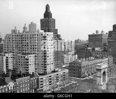 1950s VIEW WASHINGTON SQUARE NORTH WITH ARCH FIFTH AVENUE BUILDINGS NUMBER 1 & 2 OF WASHINGTON SQUARE PARK NEW YORK - Stock Photo