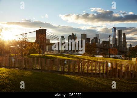 Main Street park, Brooklyn overseeing the Brooklyn Bridge and the Manhattan Skyline. - Stock Photo