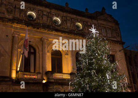 UK, Gloucestershire, Gloucester, Eastgate at Christmas, tree of light outside the Guildhall - Stock Photo
