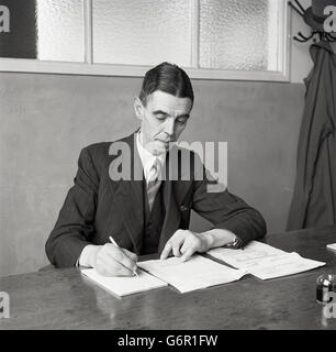 1950s, historical, a senior manager or executive in British industry in his sparse office working at his desk. - Stock Photo