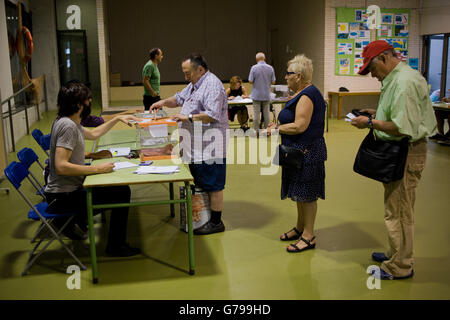 Barcelona, Catalonia, Spain. 26th June, 2016. People line up to cast their vote in a polling station of Barcelona, - Stock Photo