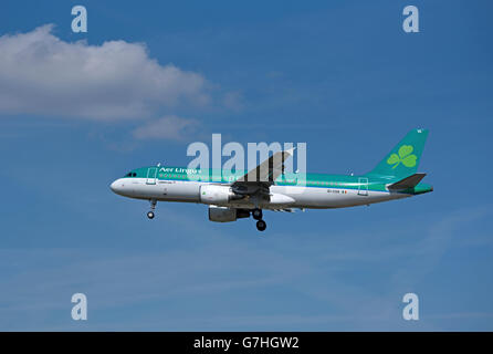 Are Lingus Airbus 320-214 'St Schira' arriving at London Heathrow from Dublin Airport.  SCO 10,372. - Stock Photo