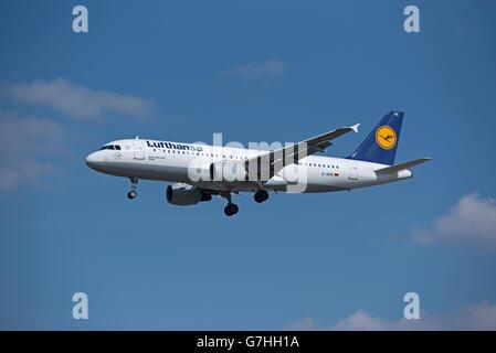Lufthansa Airbus 320-211 'Kassel' Registration D-AIPE landing at London Heathrow. SCO 10,373. - Stock Photo
