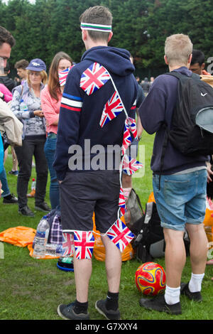 Wimbledon London,UK. 27th June 2016.  Tennis fans queuing for tickets in Wimbledon Park on the opening day of the  2016 Wimbledon Championships Credit:  amer ghazzal/Alamy Live News