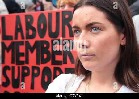 London, UK. 27th June, 2016. A Supporter of Jeremy Corbyn out side the houses of parliament in support of the labour - Stock Photo