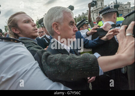 London, UK. 27th June 2016. Police and aides escort John McDonnell thorugh a crowd of media and well-wishers back - Stock Photo
