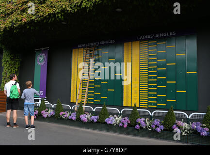 London, UK. 27th June, 2016. Spectators watch the socres and schedules on Day 1 at the 2016 Wimbledon Tennis Championships - Stock Photo