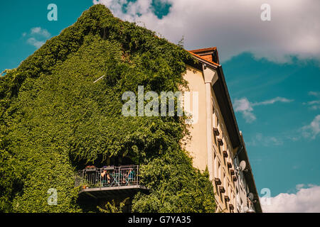 Berlin, Germany. 27th June, 2016. A grassed house facade with a balcony in Berlin- Wedding, June 28, 2016. Photo: - Stock Photo