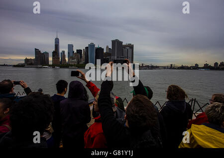 Tourists taking pictures of Manhattan, New York - Stock Photo