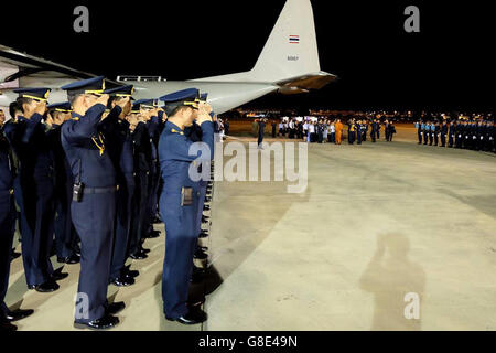 Bangkok. 29th June, 2016. Thai Air Force members salute as the bodies of three victims are transferred to the Don - Stock Photo