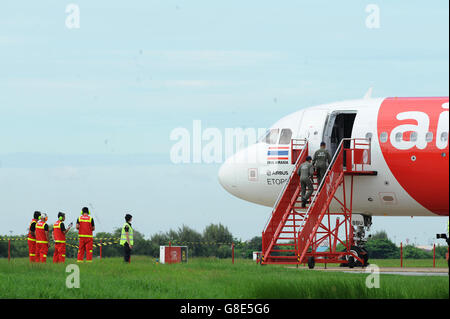 Bangkok, Thailand. 29th June, 2016. Explosive ordnance disposal (EOD) technicians enter an Airbus-320 passenger - Stock Photo