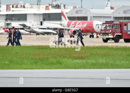 Bangkok, Thailand. 29th June, 2016. Explosive ordnance disposal (EOD) technicians and sniffer dogs make their way - Stock Photo