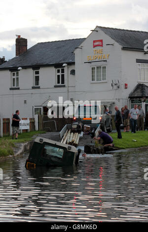 A Land Rover is recovered from Leeds and Liverpool canal at The Slipway pub near Burscough in Lancashire. - Stock Photo