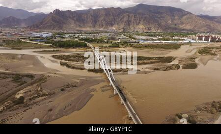 (160630) -- LHASA, June 30, 2016 (Xinhua) -- File photo taken on June 20, 2016 shows a train running on the grand - Stock Photo