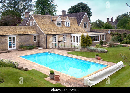An outdoor swimming pool in an english country summer garden stock photo 33351715 alamy for Houses in england with swimming pools