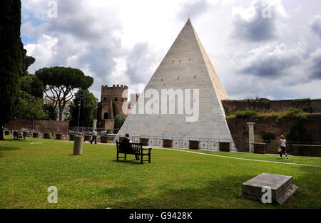 Rome, Italy. Pyramid of Caius Cestius. Picture by Paul Heyes, Wednesday June 01, 2016.  Rome, Italy. Picture by - Stock Photo