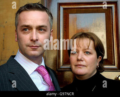 Justin and Victoria Rae stand outside Stratford-Upon-Avon Town Hall, Thursday March 23, 2006, as an inquest jury - Stock Photo