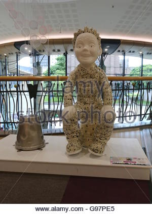 Wullie's Cheeky Tales by Nicki Bradwell on Oor Wullie Bucket Trail in Overgate Centre Dundee Scotland  June 2016 - Stock Photo